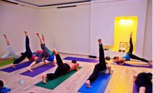 йога групповая тренировка от болей в спине