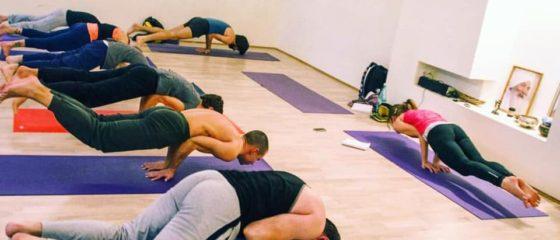 поза павлина йога в группе